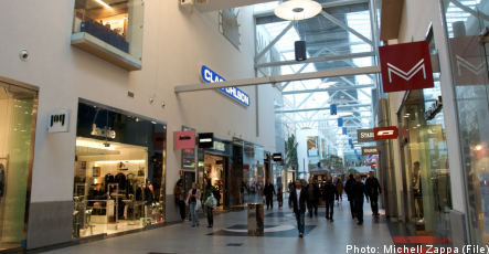 Gangsters threatening shop owners at Stockholm mall