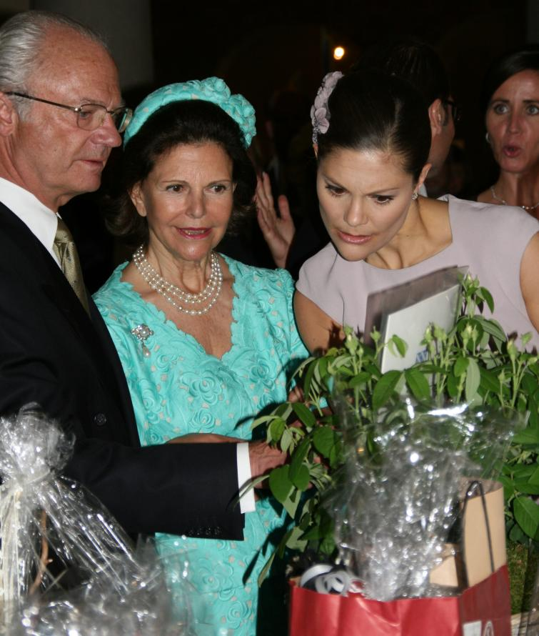The bride-to-be and her parents read messages from wellwishersPhoto: Anastasia Pirvu