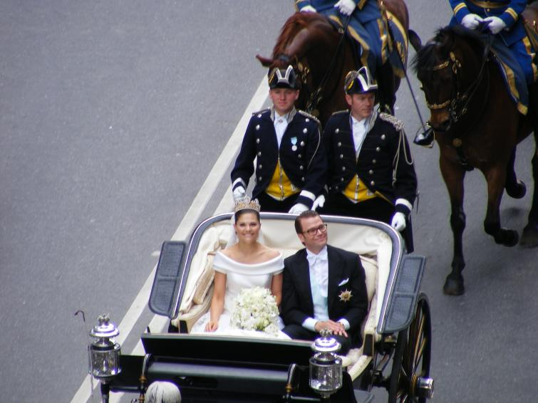 Royal Cortège<br>Victoria and Daniel are all smiles as they make their way just below the first bridge on Kungsgatan after SveaväganPhoto: Vivian Tse