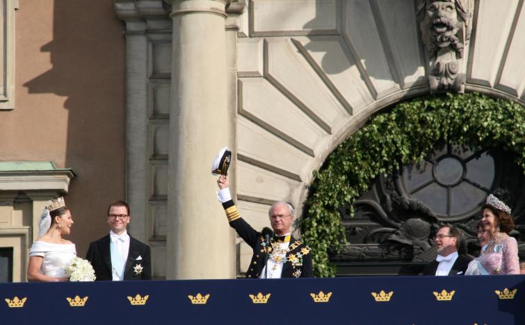 Royal Palace<br>The king implores the crowd to cheer the happy royal couplePhoto: Anastasia Pirvu