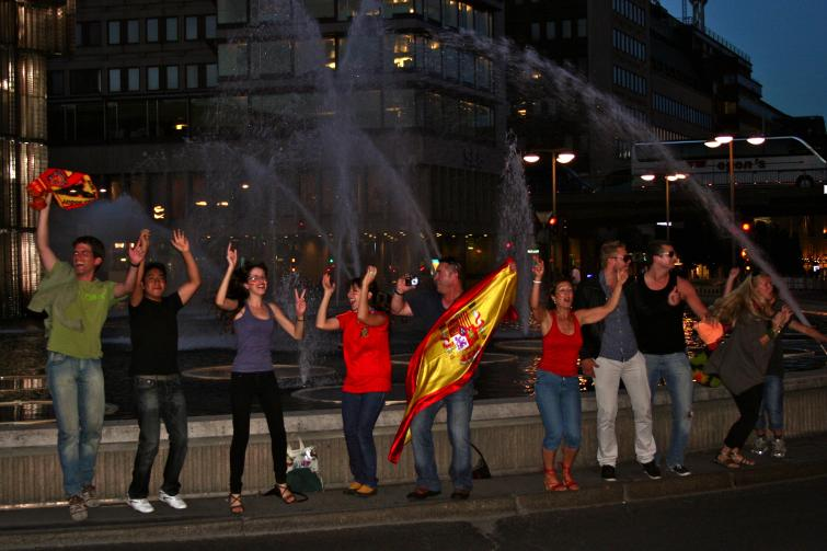 Sergels torg, Wednesday, July 7<br>Spanish fans take photos of each other and the passing traffic after Spain's victory against GermanyPhoto: Emy Gelb