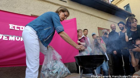 Swedish feminists burn 100,000 kronor in wage protest