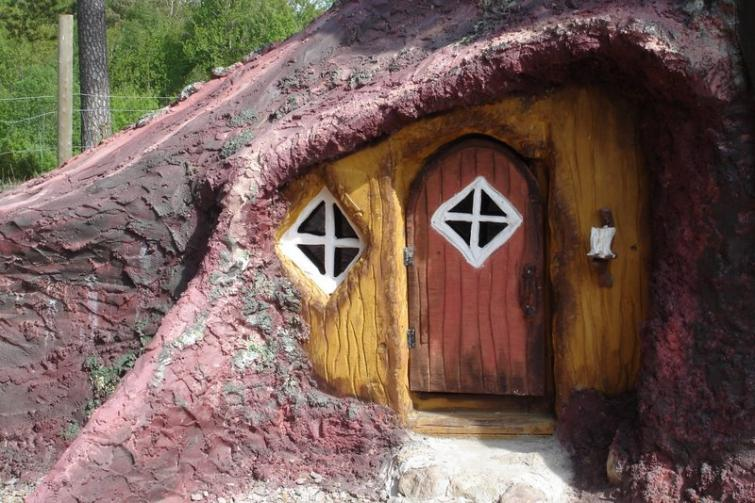 Lord of the Rings fans can find their inner Frodo by staying in a tree stump near the Göta Canal.