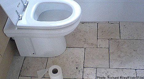 Prisoner reports jail after waiting for loo roll