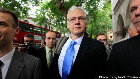 Convicted killer offers Assange 'legal advice'