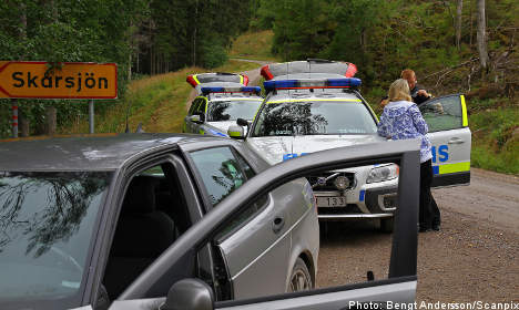 'Bank robbers are hiding in the woods': police