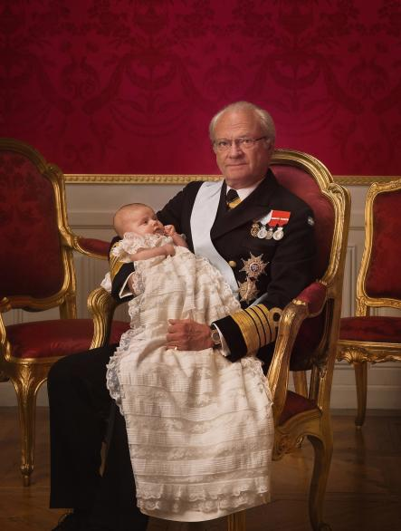 A proud king and grandfather <br>The king enjoying a moment's rest with princess EstellePhoto: Photo: Kungahuset.se