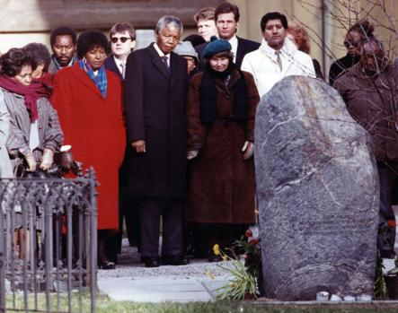Palme's Tombstone<br>Mandela and his wife join Lisbet Palme at the grave of assassinated Swedish Prime Minister Olof Palme in Stockholm. Photo: Scanpix