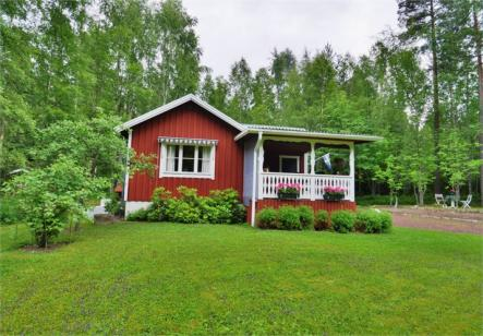 Stephan Schulze @hausapotheker08: somewhere in Dalarna with a lake in front and a forest in the back of the stuga<br>This house is Dalarna is just that, lake at the front and forest at the back.Photo: Fastighetsbyrån