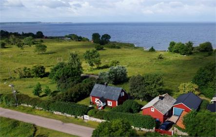 Sling Trebuchet @SlingTrebuchet: Öland - provided that the neighbors are of a sufficiently high standard<br>For example, this property in Öland.Photo: Fastighetsbyrån