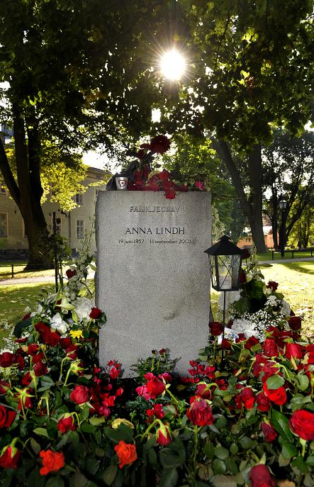 Anna Lindh's grave in Katarina cemetery, on the Stockholm island of Södermalm. This year marks ten years since her assassination. Photo: Tomas Oneborg/SvD/Scanpix