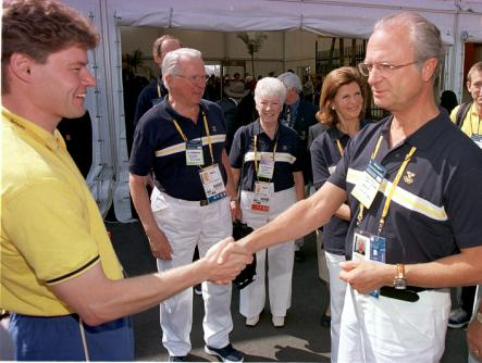 The king greets Swedish athletes at the athletes village during the 2000 Sydney Olympics. Pictured shaking hands with Swedish shooting sensation and Sydney gold medalist, Jonas Edman.Photo: Peter Krüger/Scanpix