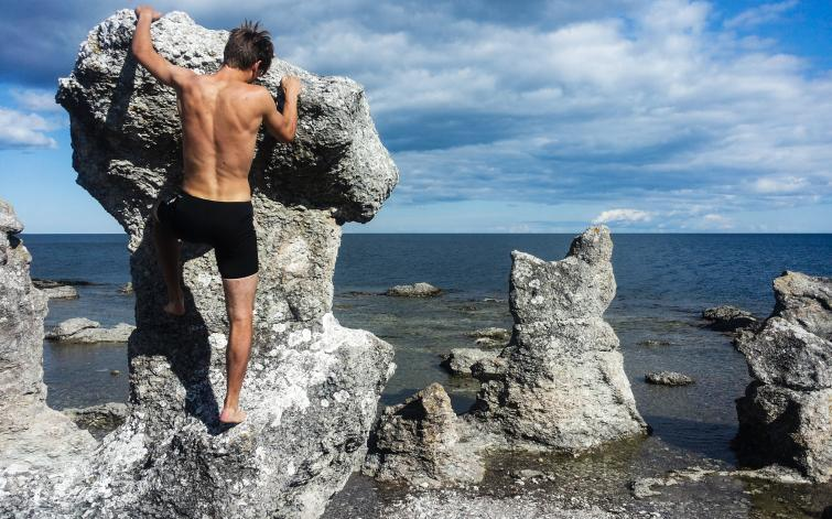 Biking around Gotland<br>The limestone rocks, <i>raukar</i>, that most Swedes quickly associate with Gotland. This picture is taken in southeastern Gotland, in Ljugarn.Photo: Joel Linde