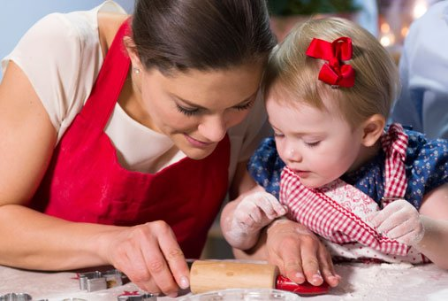 Estelle and Crown Princess Victoria make gingerbread in 2013.Photo: Kungahuset