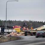 """""""I've worked for forty years as a policeman and have never seen a truck that's just collapsed like this, and definitely not with pigs inside,"""" the officer said. Photo: Kicki Nilsson/TT"""