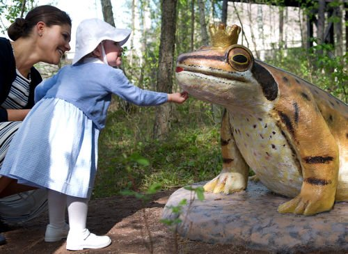Estelle and a princely frog in 2014. Perhaps the princess knows the tales of the Brothers Grimm.Photo: TT