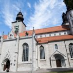 Church fights neo-Nazis with picnic and bells