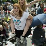 Victoria Arenblad, 15, from Haninge and friend Mathilda Nordström, 16, from Solna get in the swing of things before the concert. Photo: Claudio Bresciani / TT