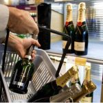 <b>1. Don't question the alcohol monopoly</b><br><br>  Sweden's state-owned alcohol retail monopoly Systembolaget is untouchable.  So if you want to get your wine for the weekend, get in line, in time and buy an extra bottle, just in case.Photo: Bertil Ericsson/TT