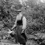 The gardener Fredrik Fröding, 78 years old, with a watering can.