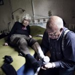 2nd place, Everyday Life (Sweden). Siv, 96, lives with her son Lars Lindqvist, and receives assistance from him several times each day. Photo: Anna-Karin Nilsson (Frilans, Expressen)/Årets Bild