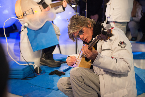 Dylan guitarist makes music history in Sweden