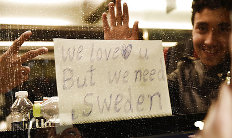 Danish police: Refugees can travel on to Sweden