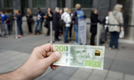 Swedes queue to cash in on new kronor notes