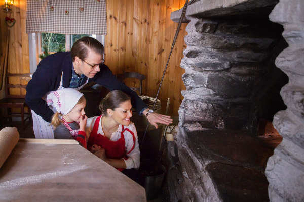 Estelle and her parents making Swedish flatbread for Christmas 2015.Photo: Kungahuset