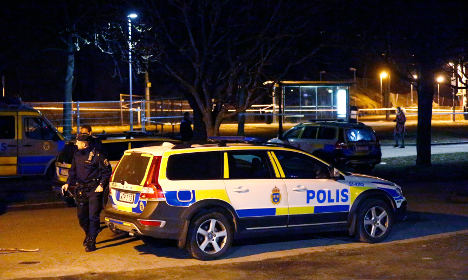 Police look for Gothenburg knife attacker still at large