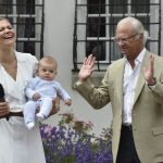 Victoria with her youngest child Prince Oscar and her father King Carl XVI Gustaf, who did not want to hold his grandchild.Photo: Jonas Ekströmer/TT