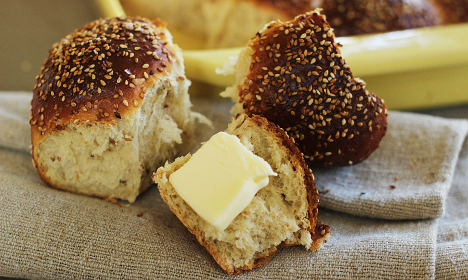 Hotelier sues politician who 'stole bread' from buffet