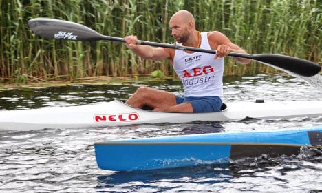 Watch this Swede roll a kayak without spilling a drop of beer