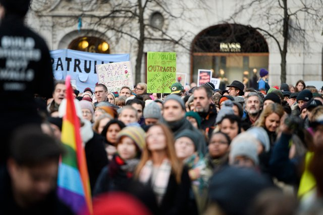 Video: Thousands participate in Stockholm Women's march