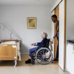 Monday evening in Gothenburg, and 94-year-old Aina Friman who is suffering from dementia is helped to bed by Abdi Hersi at Sekelbo retirement home. He came to Sweden from Somalia in 2008.Photo: Lisa Thanner/Max Ström