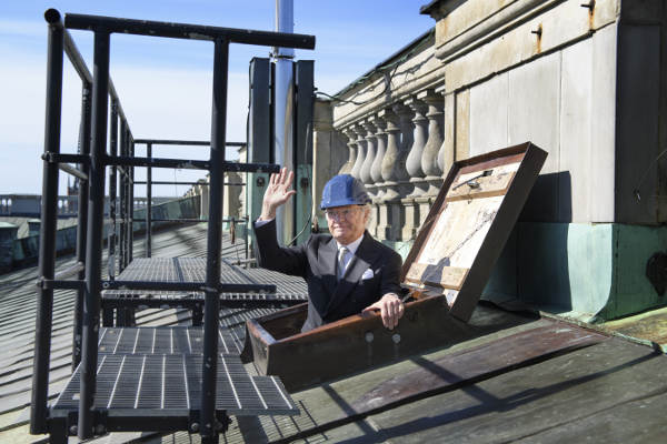IN PICTURES: Sweden's King installs solar cells on the roof of Stockholm's Royal Palace