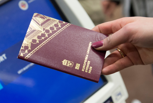 Dual nationality question stirs debate in Sweden
