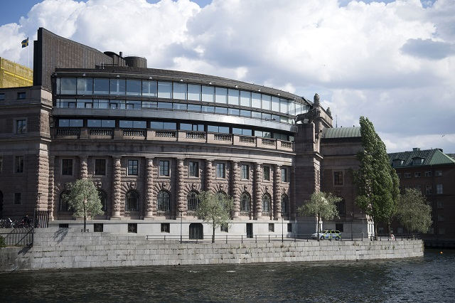 Foreign-born people remain under-represented in Swedish parliament