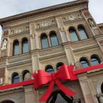 The National Museum, decorated with a red bow.  Photo: Micke Bayart/Azul